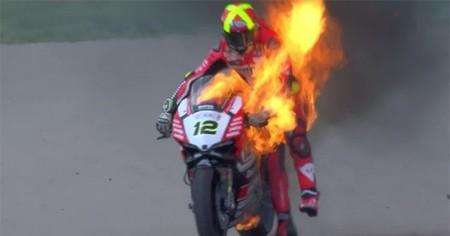 Sustazo de Xavi Forés al incendiarse su moto en marcha en MotorLand