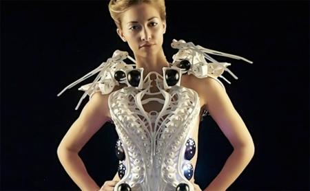 Un traje que podría llevar Spiderman pero que está diseñado para mujeres que quieren mantener su espacio vital
