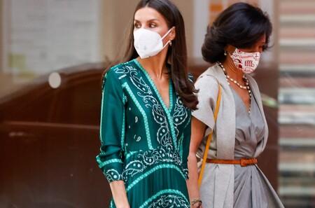 La Reina Letizia repite por sexta vez su vestido favorito con estampado bandana