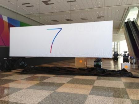 Apple cuelga el cartel de iOS 7 antes de tiempo en el Moscone Centre, ¡ups!