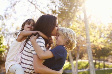 Madre Hijos Abrazo