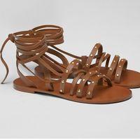 Pull&Bear rebaja a 15,99 euros estas sandalias planas de cuero marrón. Disponibles en tallas entre 36 y 41