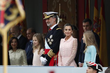 Doña Letizia escoge uno de sus looks más impresionantes en el Día de la Hispanidad 2019. Sus hijas también van ideales