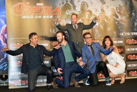 Joss Whedon broma con algunos de los protagonistas en la premiere de Vengadores 2