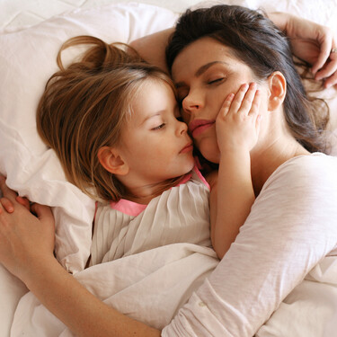 Si me tumbo en la cama con mi hijo hasta que se duerma, ¿le estaré malacostumbrando?