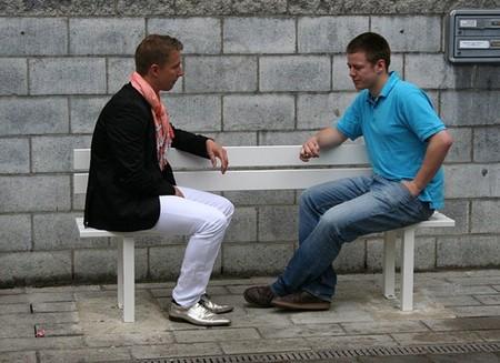 Jeppe Hein reinventa los bancos de jardín para hacerlos más cómodos y sociales