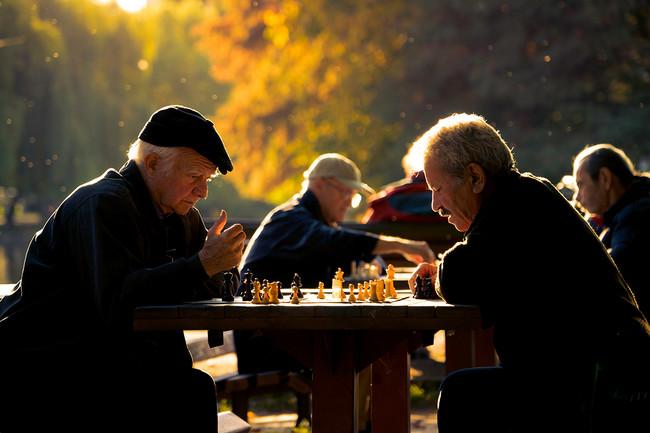 Ancianos Jugando Solos