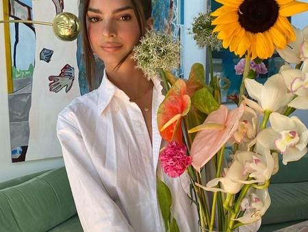 Emily Ratajkoswki y el street style se han puesto de acuerdo: la camisa masculina en verano nos queda mejor a nosotras