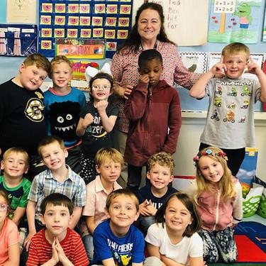 Todo el colegio aprende lengua de signos para comunicarse con su alumna sorda, una niña de seis años