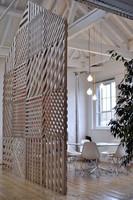 Pared creada con imitaciones de palés para separar ambientes