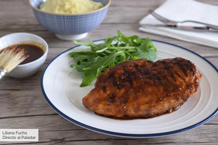 Receta de pollo al grill con salsa de whisky y manzana, ¿quién dijo que las pechugas son sosas?