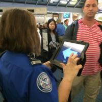 La TSA de USA pagó 1.4 millones de dólares por una App que escoge aleatoriamente derecha o izquierda