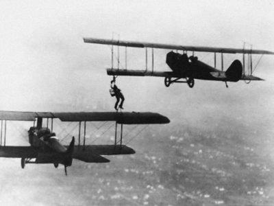 El primer repostaje en vuelo de la historia se realizó literalmente a mano, y fue impresionante