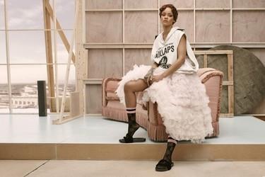 """Rihanna recibe el premio """"Zapato del año"""" por sus deportivas Fenty x Puma. ¡Es la primera mujer en conseguirlo!"""
