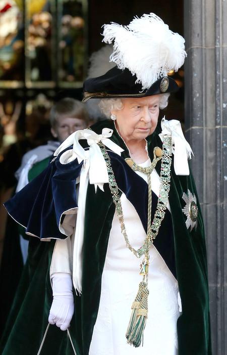 La Reina Isabel II deja a un lado sus total look neón para dar paso al blanco y negro