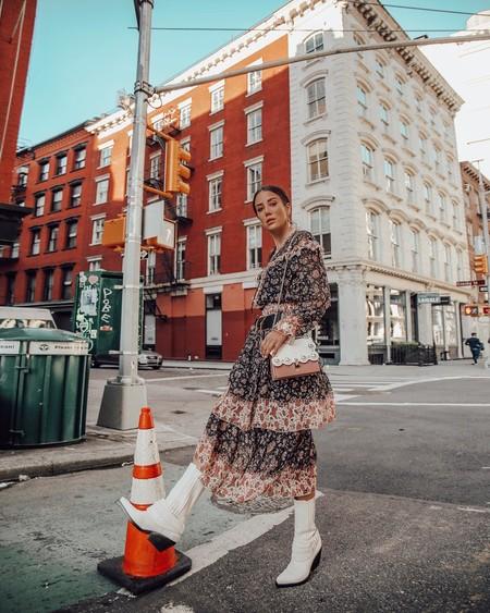 El street style nos muestra ideas de cómo combinar botas de color blanco