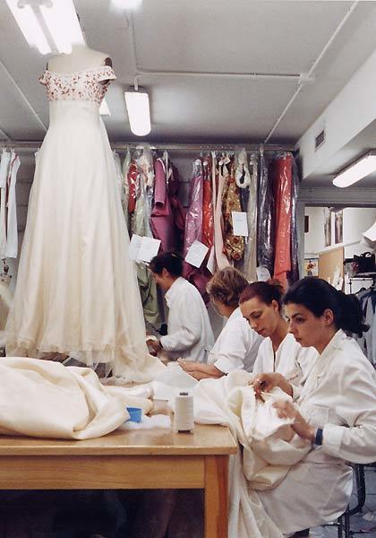 Las oficialas trabajando con el vestido