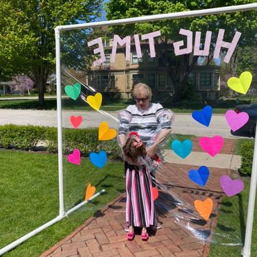 El creativo invento de una madre para que sus hijos pudieran abrazar a su abuela durante la cuarentena
