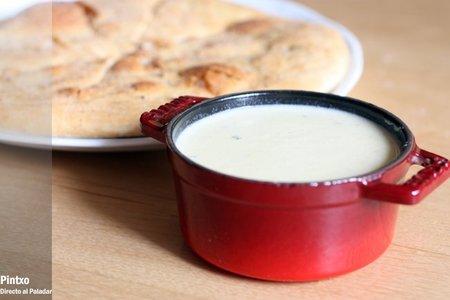 Receta de fondue de queso sin vino con pan de pizza