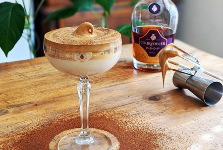 Así se hace el Dalgona Martini, la nueva bebida de moda que conquistará a los amantes de los cóctels