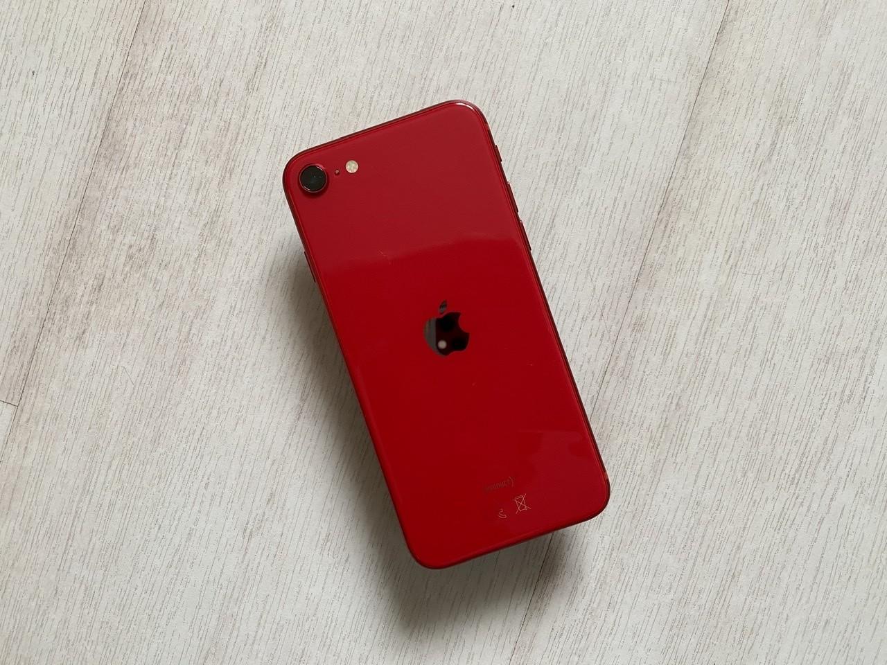 Foto de iPhone SE rojo (1/7)