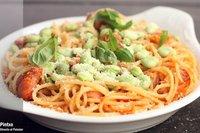 Receta de espaguetis con salsa de tomate, longanizas y habas frescas
