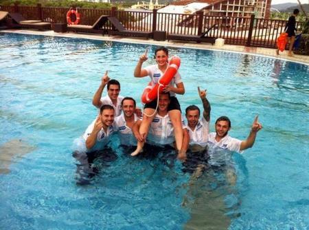Ana Carrasco celebrando con el equipo su primer punto en Sepang