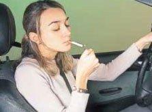 Fumar mientras se conduce