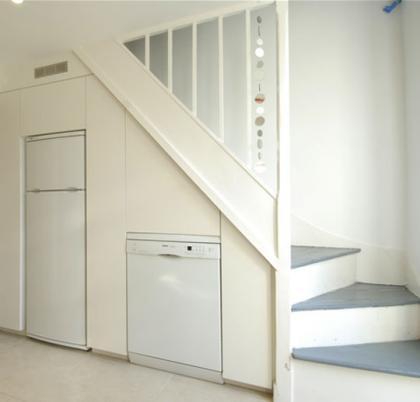 Electrodomésticos bajo la escalera