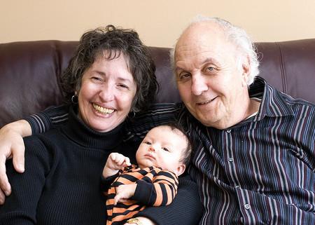 Los abuelos se han convertido para muchas familias en el eje fundamental del sostenimiento económico