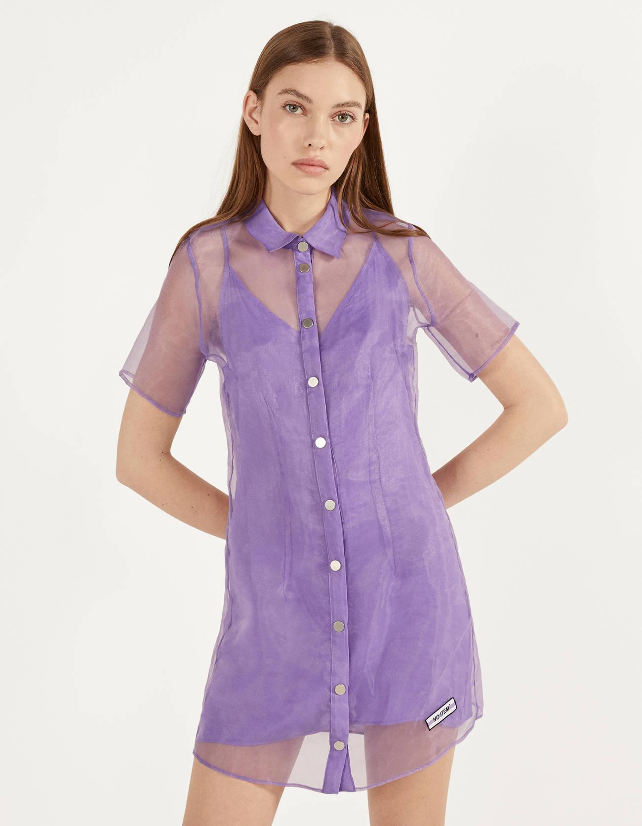 Vestido corto de organza con forro. Cuello camisa, manga corta y cierre mediante botones frontales.