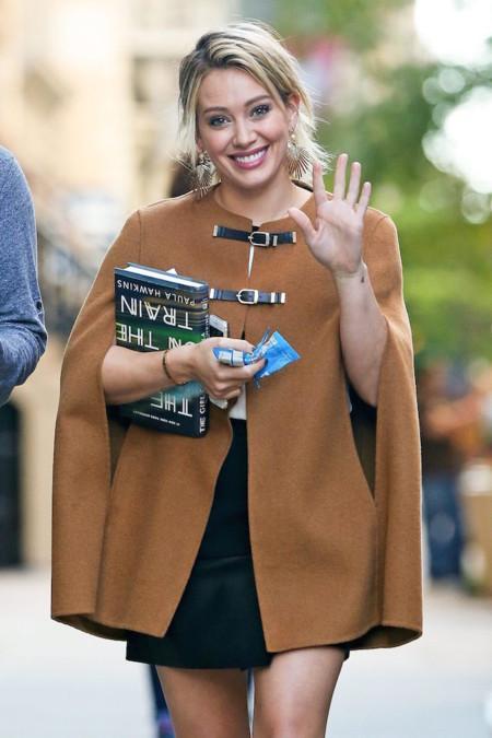 Hilary Duff con capa de Zara por las calles de Nueva York
