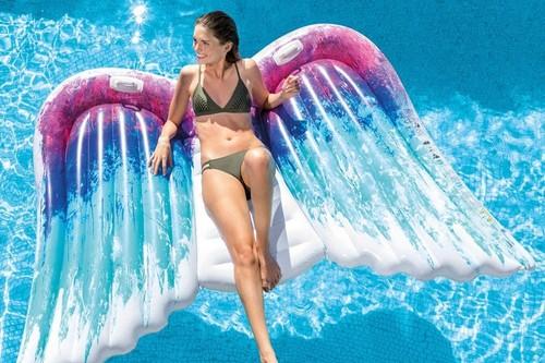 Colchonetas e hinchables originales en Amazon para pasar un verano diferente en nuestra piscina