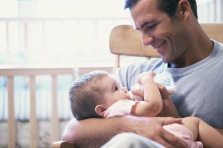 Esos padres que prefieren dar biberón para participar en el cuidado de sus hijos