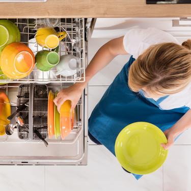 14 utensilios de cocina que nunca deberías meter en el lavavajillas (si no quieres que acaben en la basura)