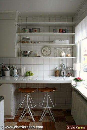 Una barra de desayunos en una cocina estrecha