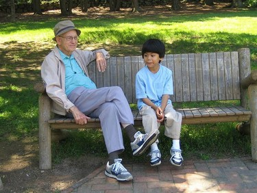 Un abuelo se equivoca de colegio y de niño