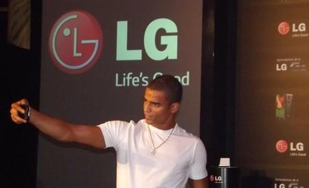 Brahim Zaibat con el nuevo smartphone LG G2