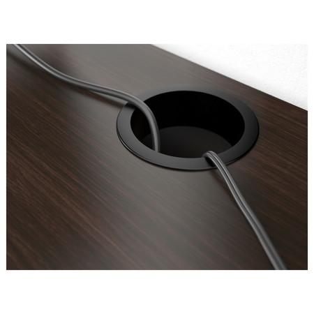 Detalle del agujero pasacables de la mesa Micke de Ikea