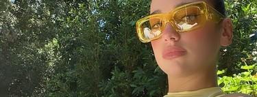 Dua Lipa nos inspira a llevar las gafas de colores noventeras: tres modelos para seguir su ejemplo