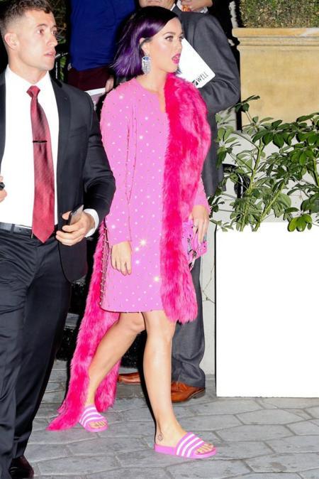Katy Perry vestida de rosa y con chanclas