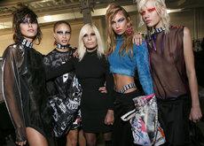 Versus Versace Otoño-Invierno 2017: la rebelión de las chicas malas, desaliñadas y con espíritu deportivo