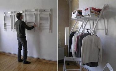 Con un par de sillas, armario improvisado para tiempos de crisis