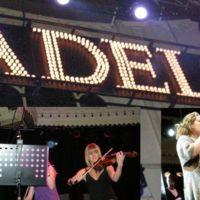 ¿Pues no va Adele e intenta que las Apple Store vendan su nuevo álbum en formato físico?