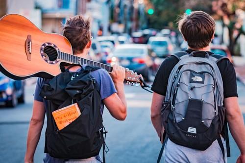 Así afecta el peso de la mochila a la espalda de los niños (y algunos consejos para evitar el dolor)