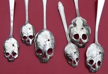 Unas feas cucharas calavera de plata