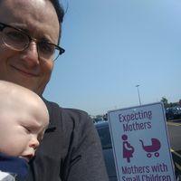 """""""¿Puedo aparcar aquí?"""", un padre denuncia la iconografía de las plazas de aparcamiento destinadas a madres"""