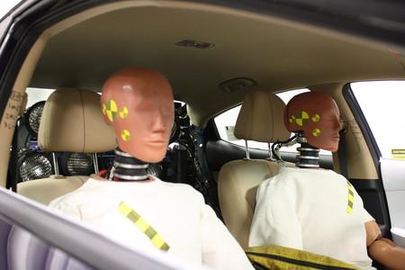 El sexismo de los maniquíes en los test de seguridad vial lleva décadas perjudicando a las mujeres