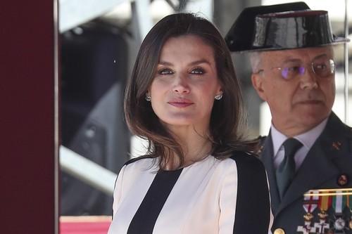 El vestido bicolor con el que la Reina Letizia conmemora el 175 aniversario de la Guardia Civil es un acierto total