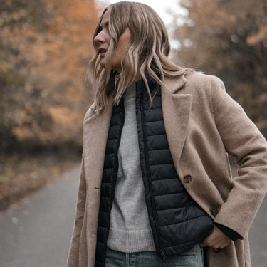 El street style nos enseña a combinar un plumas y llevarlo bajo la chaqueta